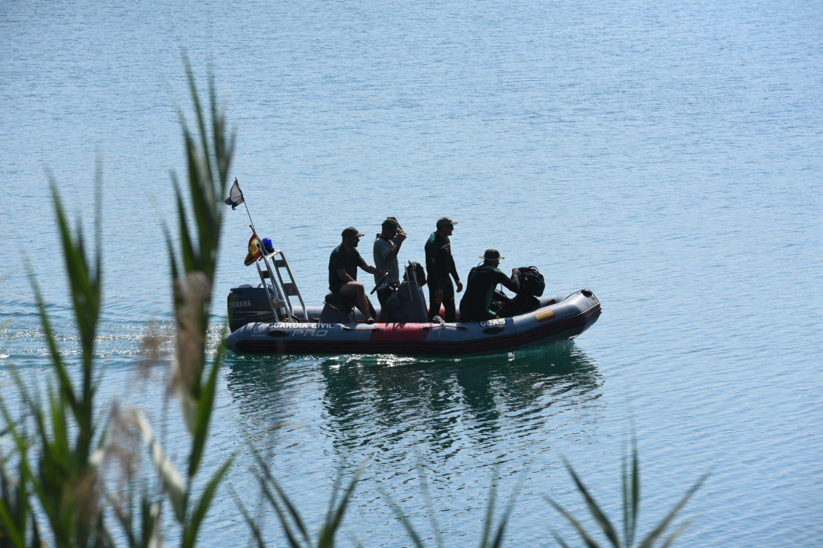 Buzos de la Guardia Civil se suman a la búsqueda del joven desaparecido en el Lago Azul