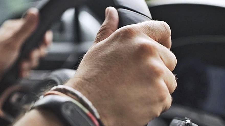 ¿Por qué vibra el volante del coche?