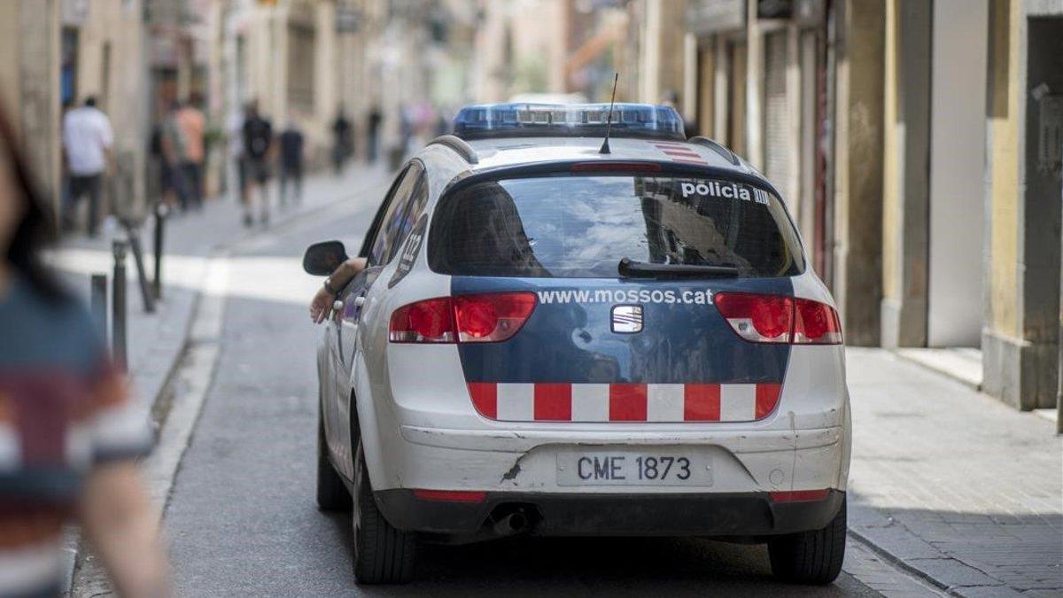 Prisión por atacar a cuatro mossos con una katana