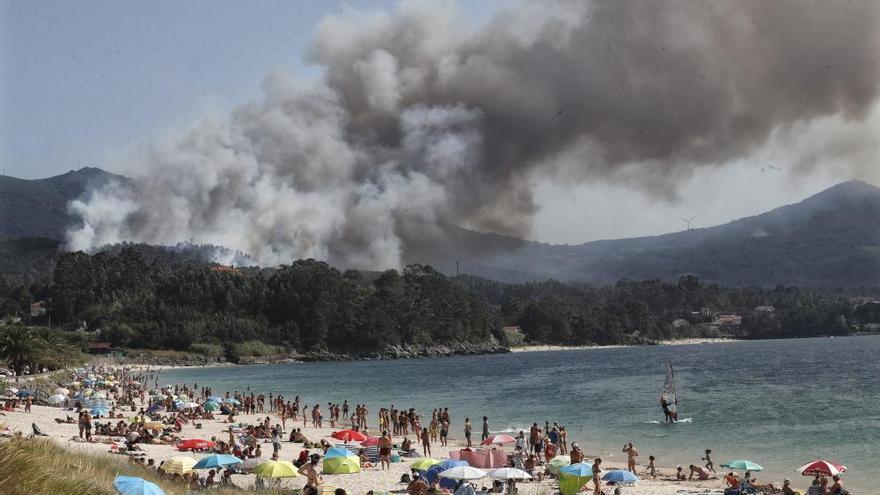 Medio Rural activa la alerta 2 en un incendio en Porto do Son por su proximidad a las casas