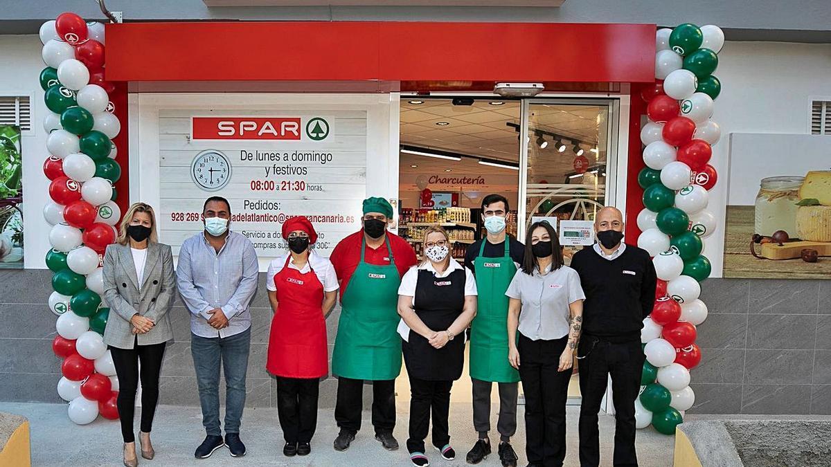 El equipo de SPAR La Feria, ayer, durante la apertura del supermercado.