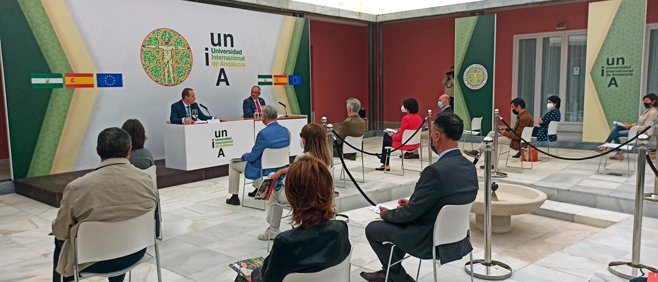 Juan Eslava, Elvira Lindo y Arantxa González Laya, en los Cursos de Verano de la UNIA
