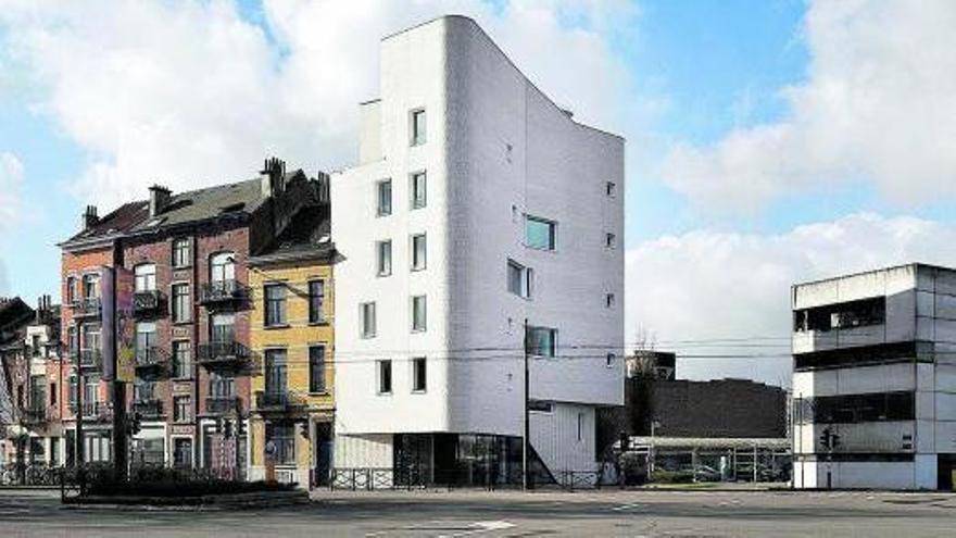 Pequeño edificio de viviendas sociales en Schaerbeek, Bélgica, obra de los arquitectos MSA / V+