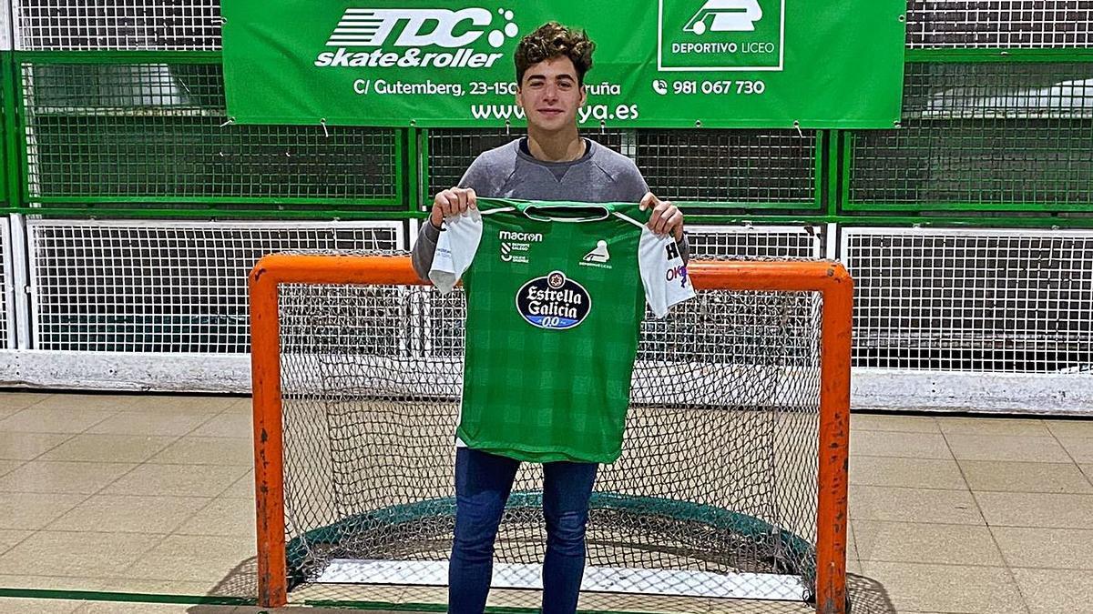 Fabrizio Ciocale, con la camiseta verdiblanca, en el colegio Liceo la Paz.    // LA OPINIÓN