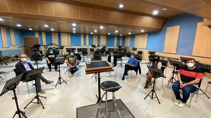 El Ayuntamiento se reúne con la Agrupación Musical l'Avanç de El Campello para conocer sus proyectos y problemas