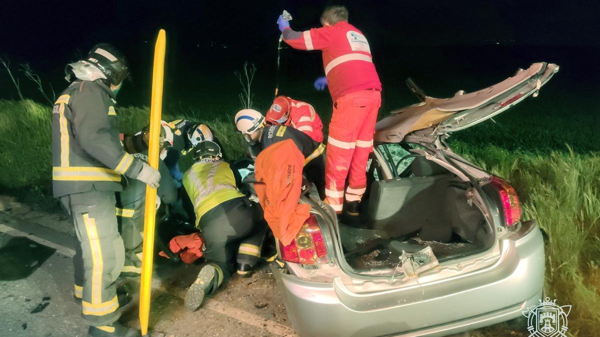 Equipos de rescate y sanitarios atienden a uno de los heridos en el accidente.