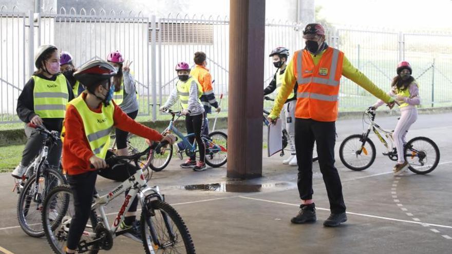 Un colegio de Gijón forma a sus alumnos para ser ciclistas responsables