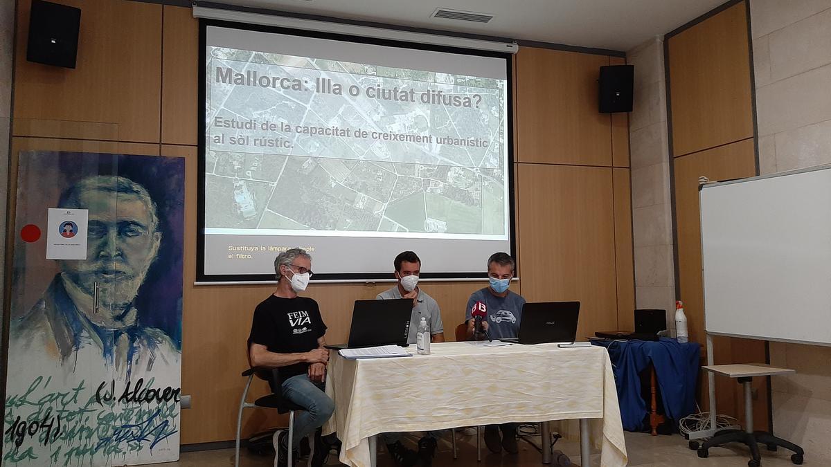 Los geógrafos Mateu Vic y Gabriel Garcies, junto con el portavoz de Terraferida, Jaume Adrover.