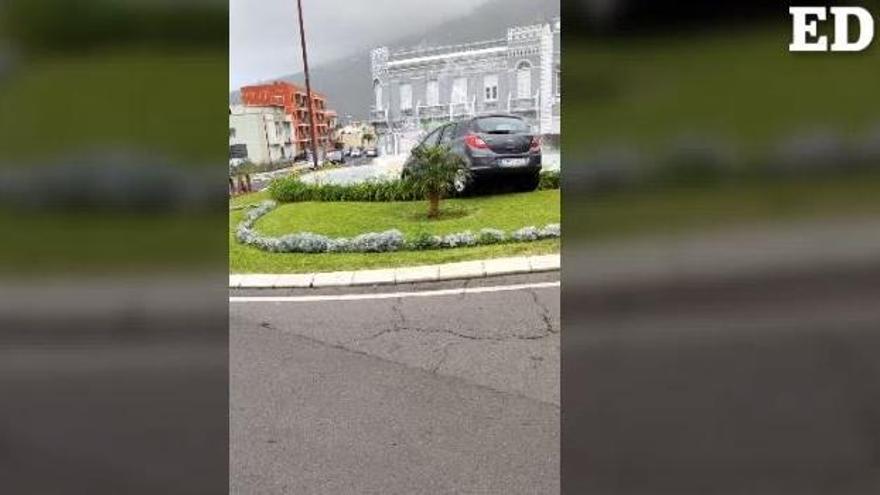 Un coche acaba dentro de la fuente del Calvario en La Orotava