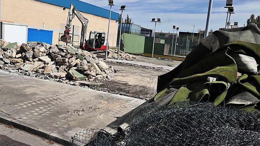 Las obras para reparar y cubrir dos pistas de pádel de Los Canapés, en marcha