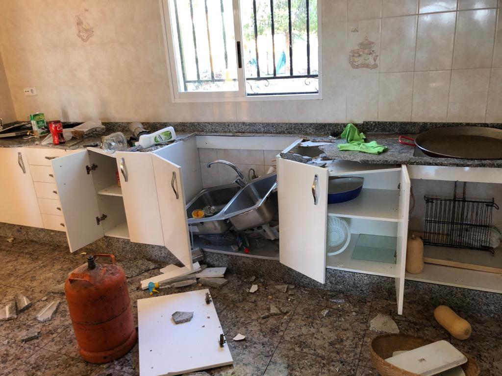 Estado en el que han quedado chalets 'okupados' en una urbanización de Alberic