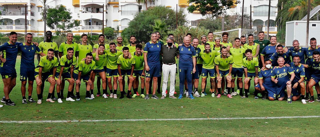 La expedición de la UD Las Palmas posa después del último entrenamiento en Marbella, donde permaneció durante nueve días, antes de regresar a Gran Canaria.     LP/DLP