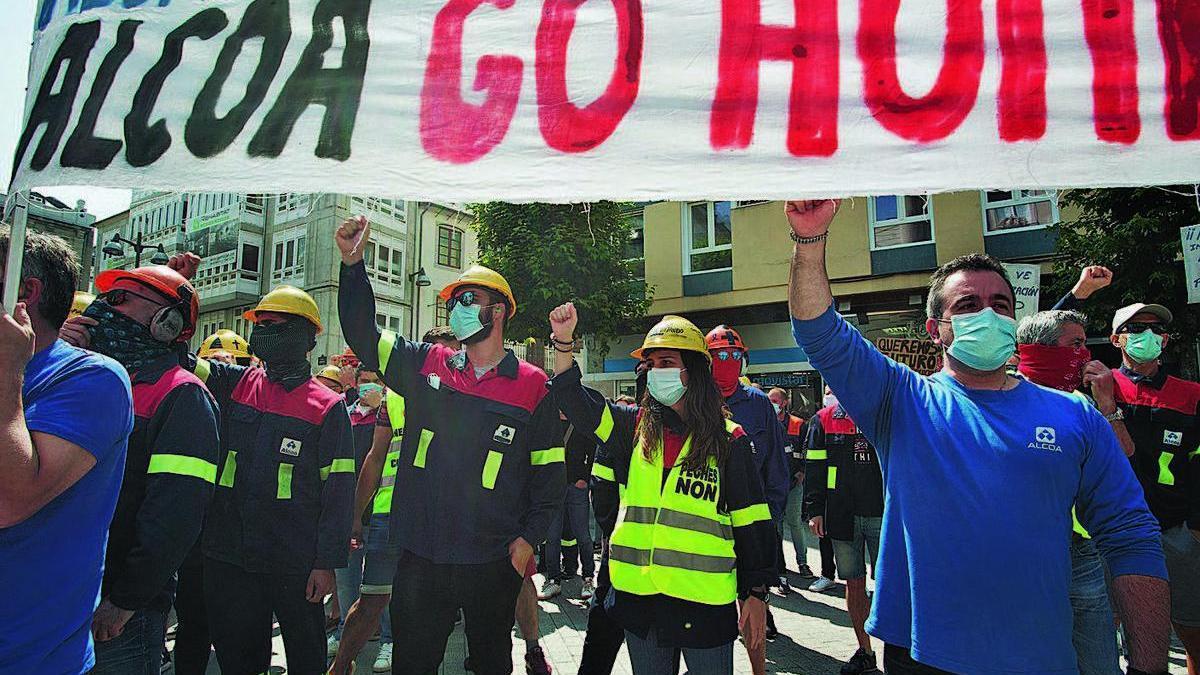 Protesta de los trabajadores de Alcoa San Cibrao, en Lugo, contra los despidos.