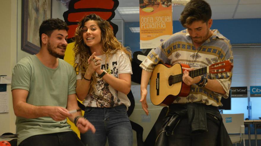 """Cepeda, Miriam y Roi cantan """"Camina"""" con los niños hospitalizados en Santiago"""