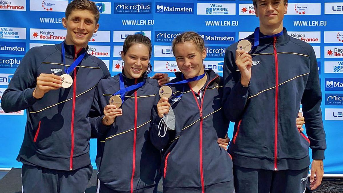 Paula Otero, tercera por la izquierda, con la medalla de bronce con el relevo español. |  // LA OPINIÓN
