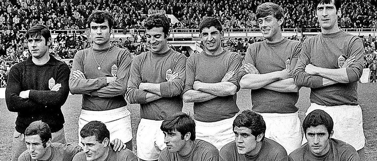 la quinta de pola. En la imagen, una formación del Oviedo de la temporada 1968-69, en Segunda División. De pie, por la izquierda: Lombardía, Rodríguez, Poladura, Juan Manuel, Chuso y Sicilia. Agachados, en el mismo orden:  Toñín, Gento, Sistiaga, Enrique Galán, Prieto y Uría.