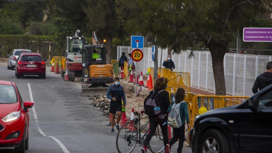 Llegar al cole entre zanjas y coches en Alicante