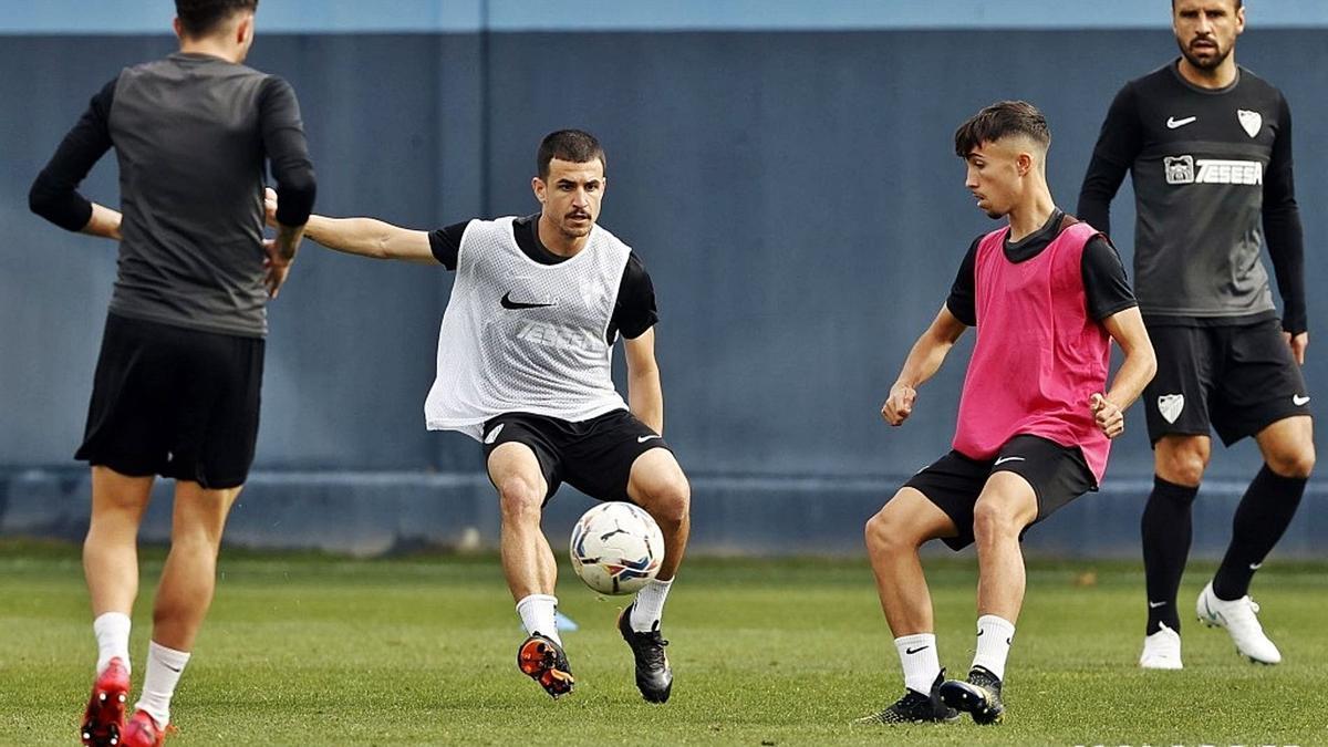 Los jugadores del Málaga CF durante el entrenamiento de ayer en Martiricos.