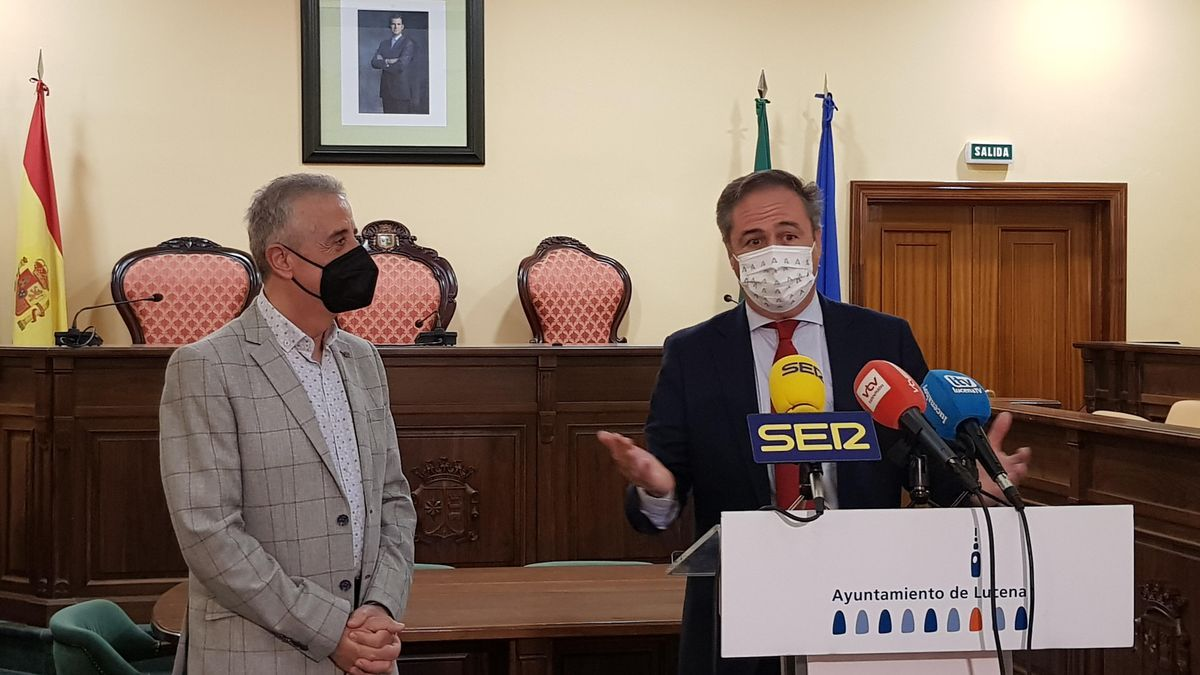 Juan Pérez y Ángel Pimentel atienden a los medios en el Ayuntamiento de Lucena.