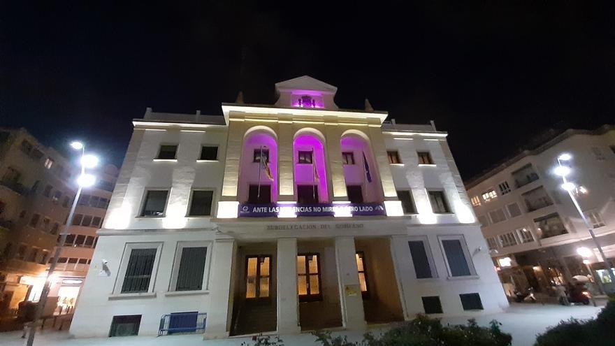 La Subdelegación del Gobierno de Alicante se ilumina de morado por el Día Internacional de las Mujeres