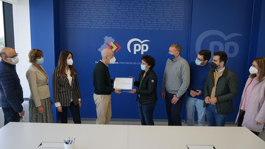 La candidata Carmina Ballester presenta sus avales en la sede provincial del PP de Castellón.