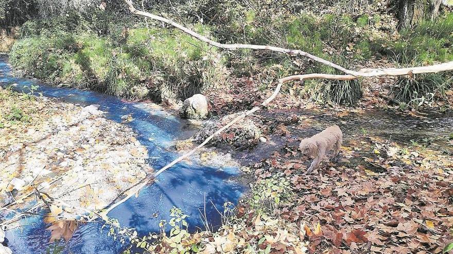 Denuncian un vertido que tiñe de azul las aguas del río Caicena en Almedinilla