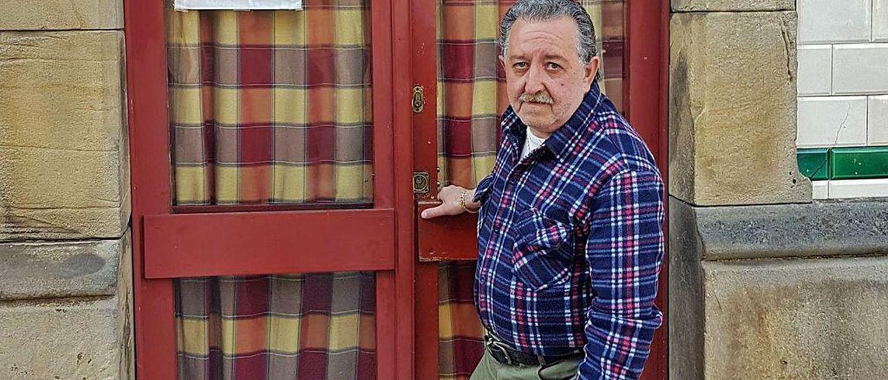 José Fernández, a las puertas de su negocio hostelero.