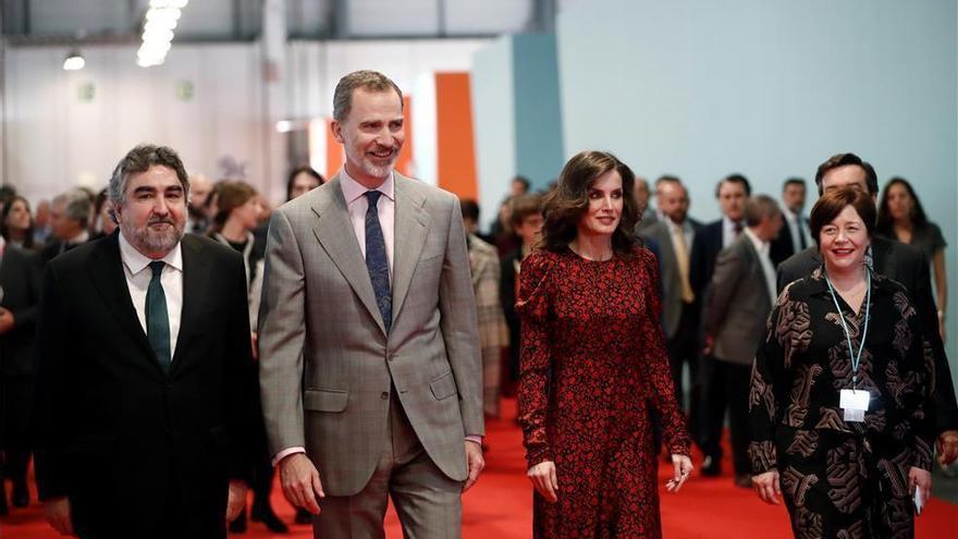 Los Reyes visitan una galería de Lombardía en Arco y no pasan por el cuadro de Franco