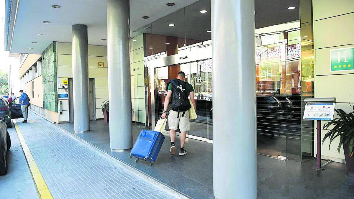 Un cliente entra en un hotel de A Coruña.