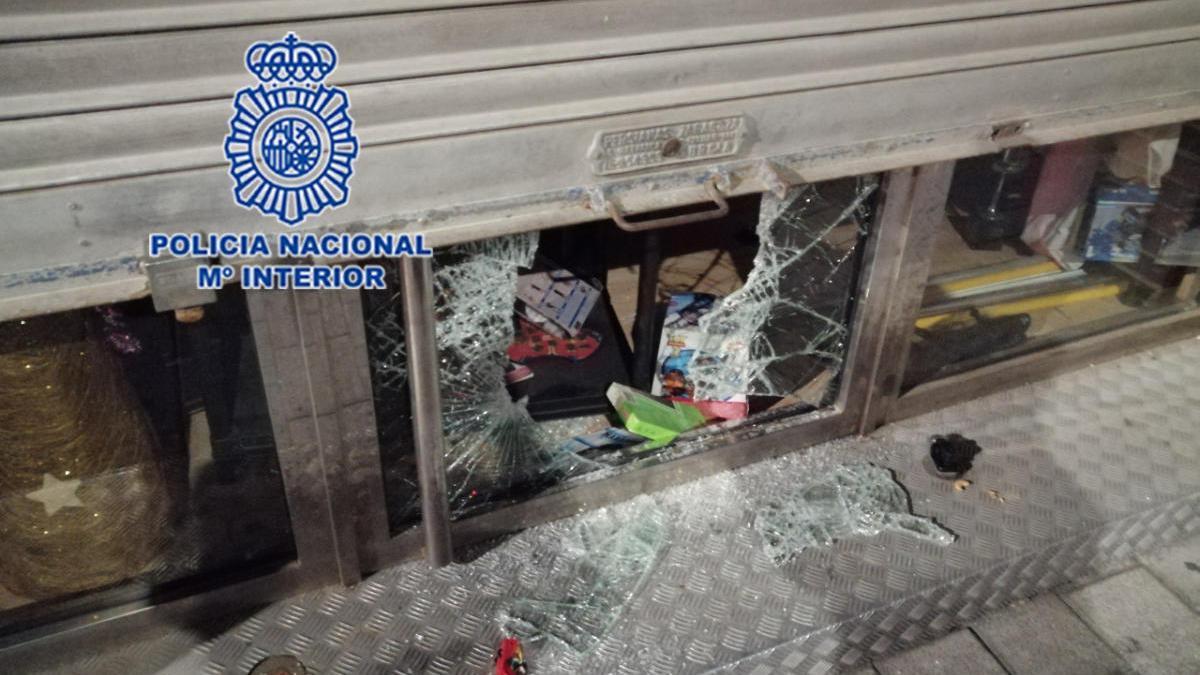 Intenta atrapar a un ladrón que estaba robando y es amenazado por otro en Murcia