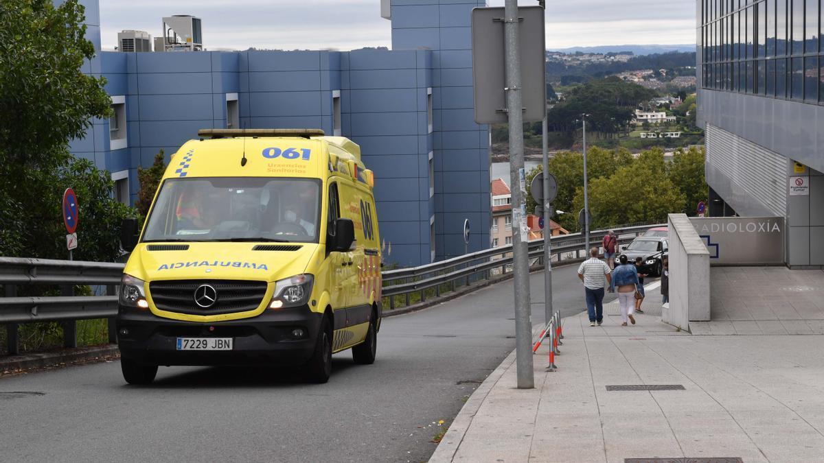 Ambulancia en los accesos del Hospital de A Coruña.