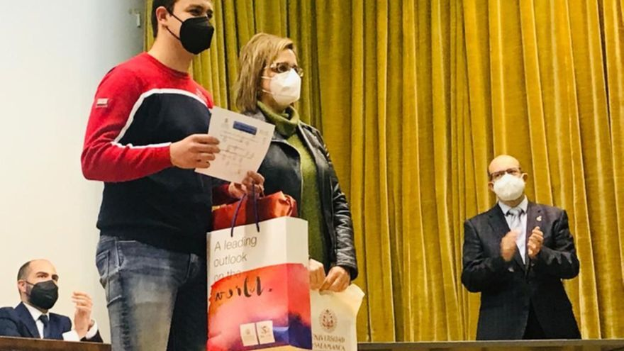 El estudiante de Benavente Rodrigo Villafáfila recibe el premio de la Olimpiada Química