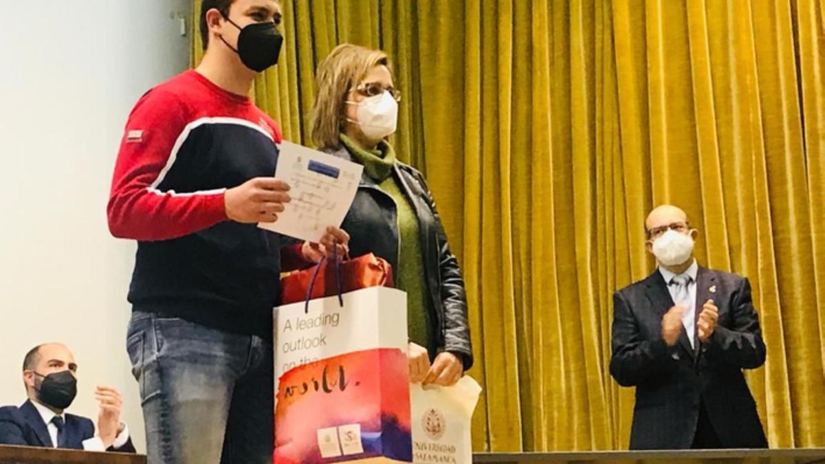 El alumno de Benavente, junto a su profesora, recogiendo el premio de la Olimpiada Química.