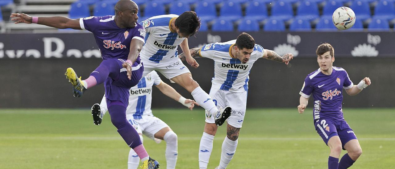 Por la izquierda, Babin, Gaku Shibasaki, Miguel y Guille Rosas, durante el partido ayer del Sporting ante el Leganés.   LaLiga