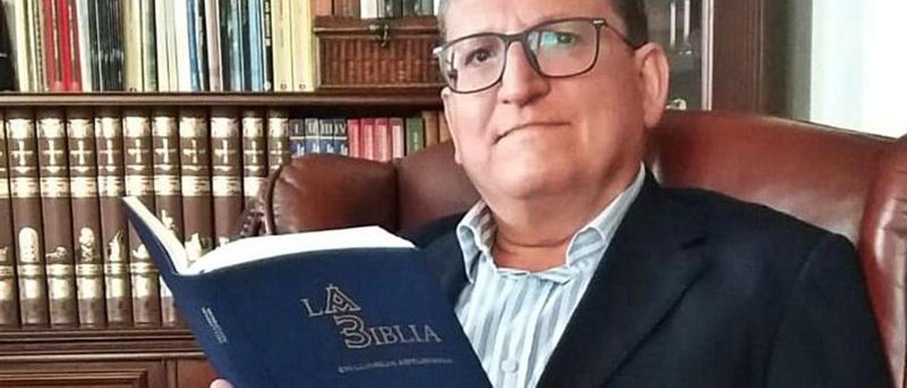 Ramón d'Andrés, con un ejemplar de la primera Biblia en asturiano.