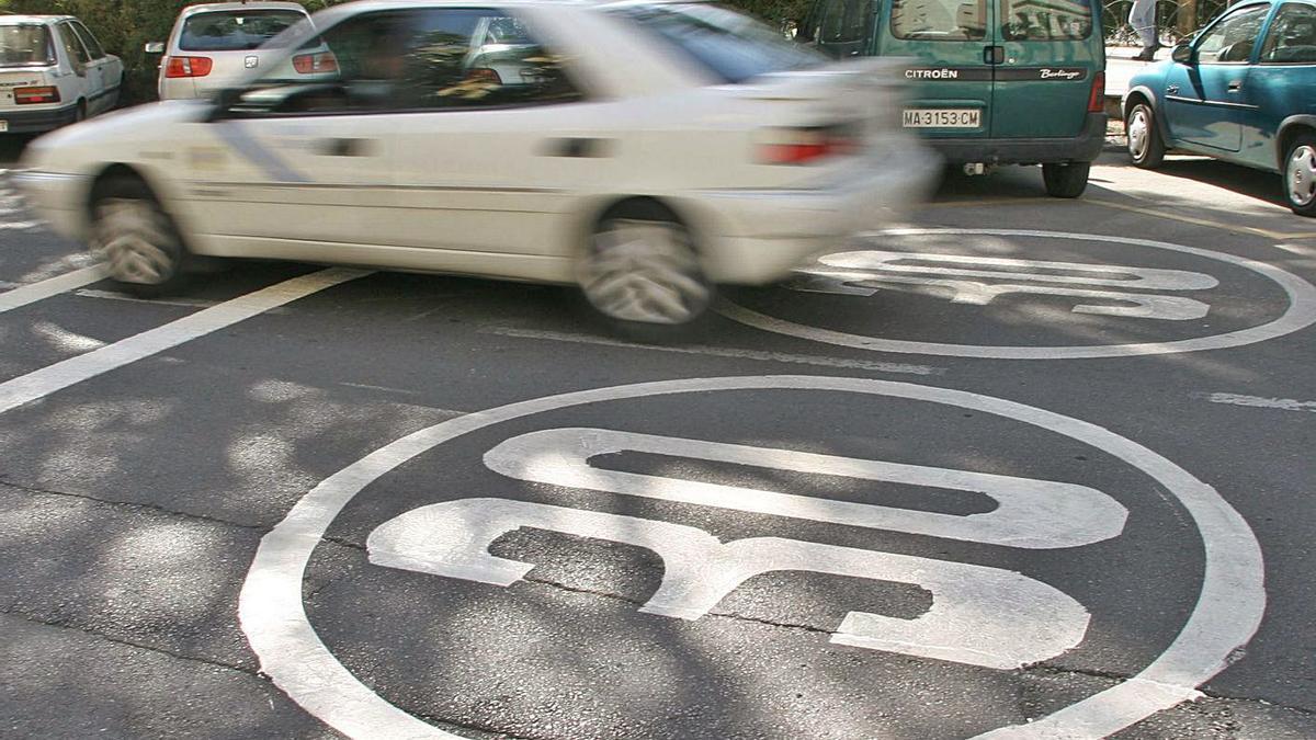 Una calle con la velocidad limitada a 30 km/h. En este caso, es la avenida Cervantes.