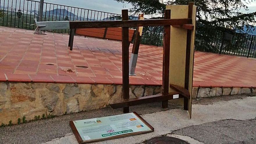 Ador Destrozan un cartel junto a la ermita