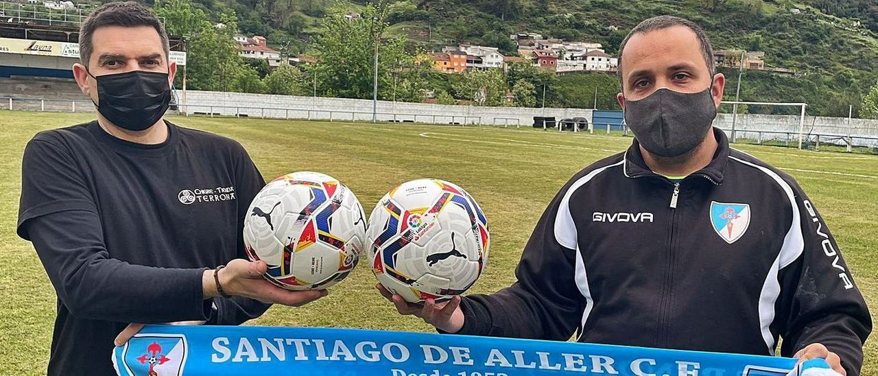 A la izquierda, Tino Suárez, del chigre tienda Terrona, primer donante de balones, con Guillermo Agustiño.
