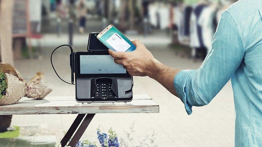 Pagar con móvil o con tarjeta: ¿qué es más seguro?