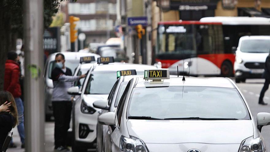 Los taxistas trabajarán por turnos para dejar el servicio a la mitad tras desplomarse la demanda