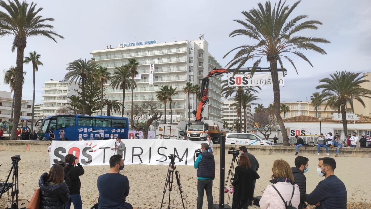 Lectura del manifiesto de SOS Turismo en Cala Millor