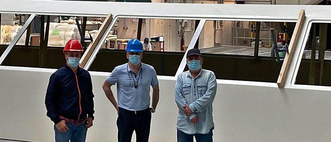 Por la izquierda, Isidro Berdeal, Antonio Pacheco y Boris Cadet, jefe de producción, en las instalaciones de Astilleros Gondán. | Reproducción de D. Á.