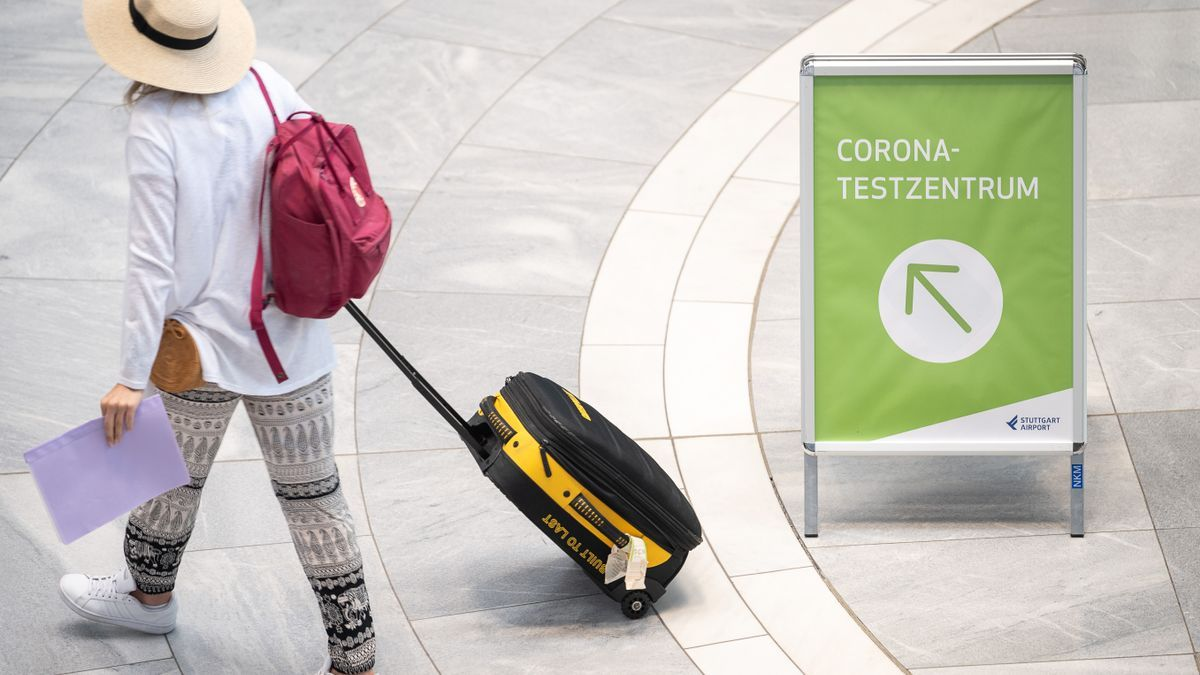 Eine Reisende an einem deutschen Flughafen.