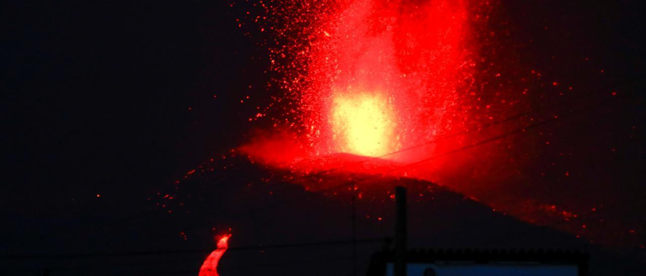 Lava y humo siguen manando del volcán de La Palma.