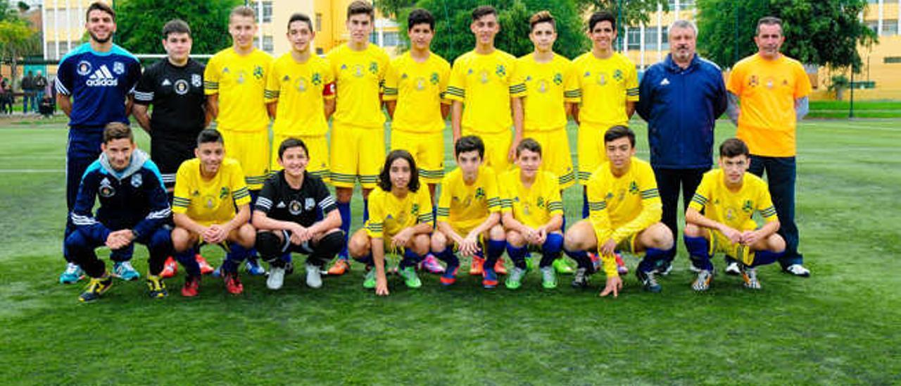 Los equipos cadetes del Santos y Colegio Marpe con sus respectivos técnicos antes de comenzar el partido que les enfrentó este sábado por la tarde.