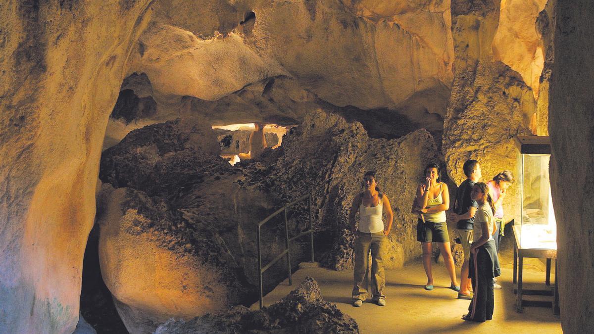 Un grupo espera para entrar en la Cueva de los Murciélagos.
