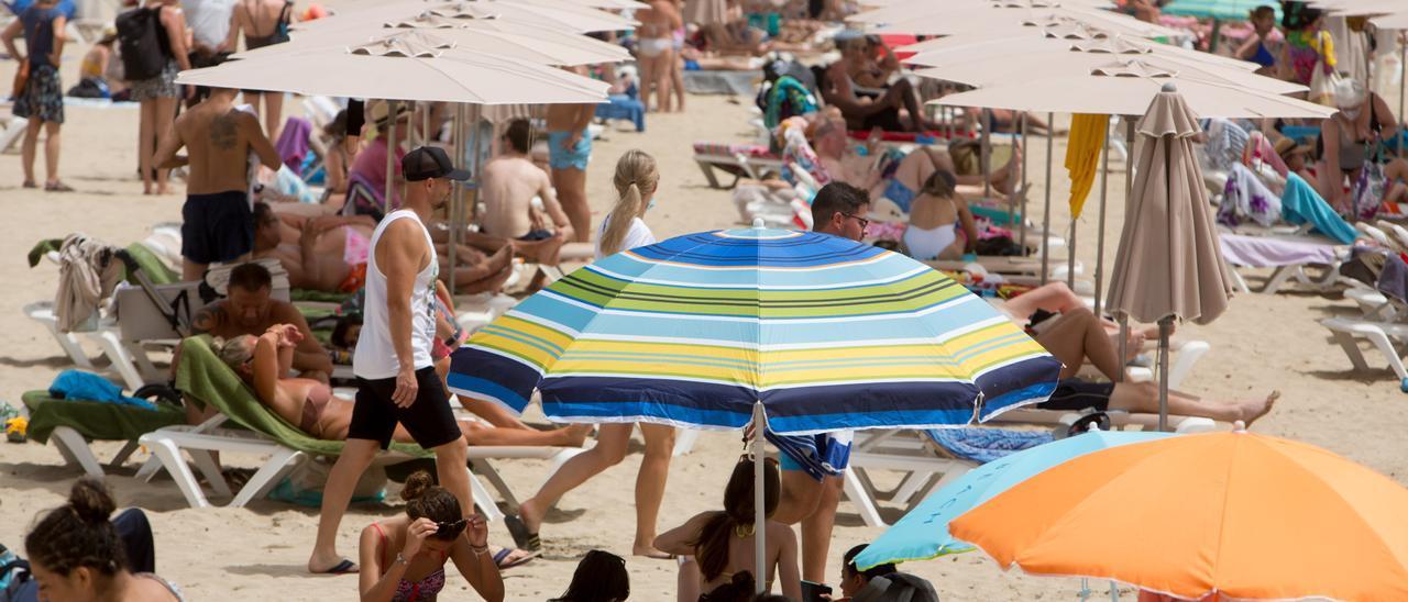 Bañistas en la playa del Postiguet de Alicante.