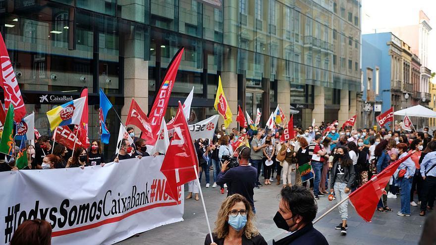 Unas 300 personas protestan en Gran Canaria contra el ERE de CaixaBank