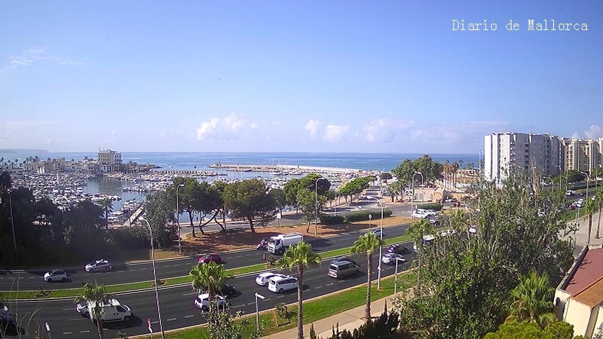 In der Ferne sind am Mallorca-Himmel ein paar Wolken zu erkennen.