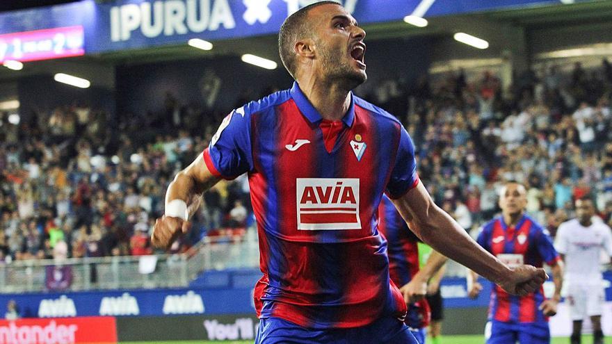 El FC Cartagena se lanza con paciencia a por Pedro León